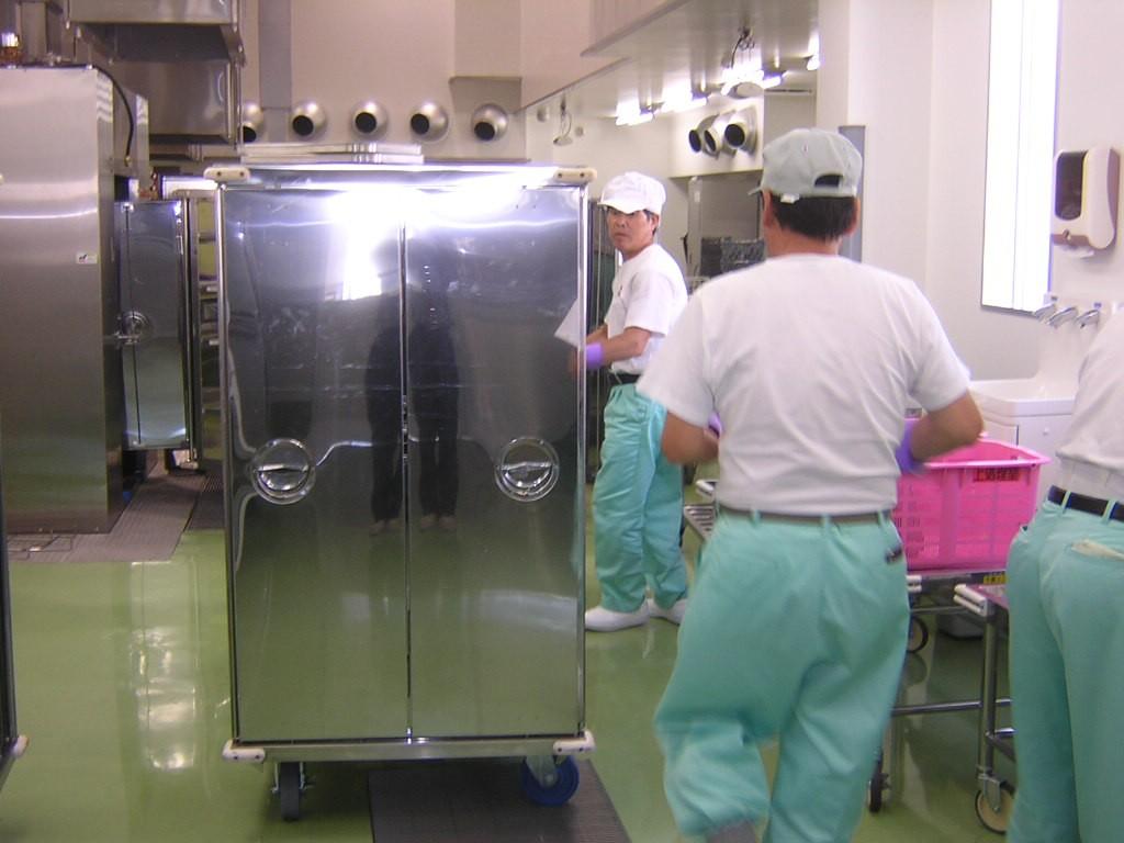 回収後のコンテナ内の大・中・小食缶とトレーをコンテナから出します。