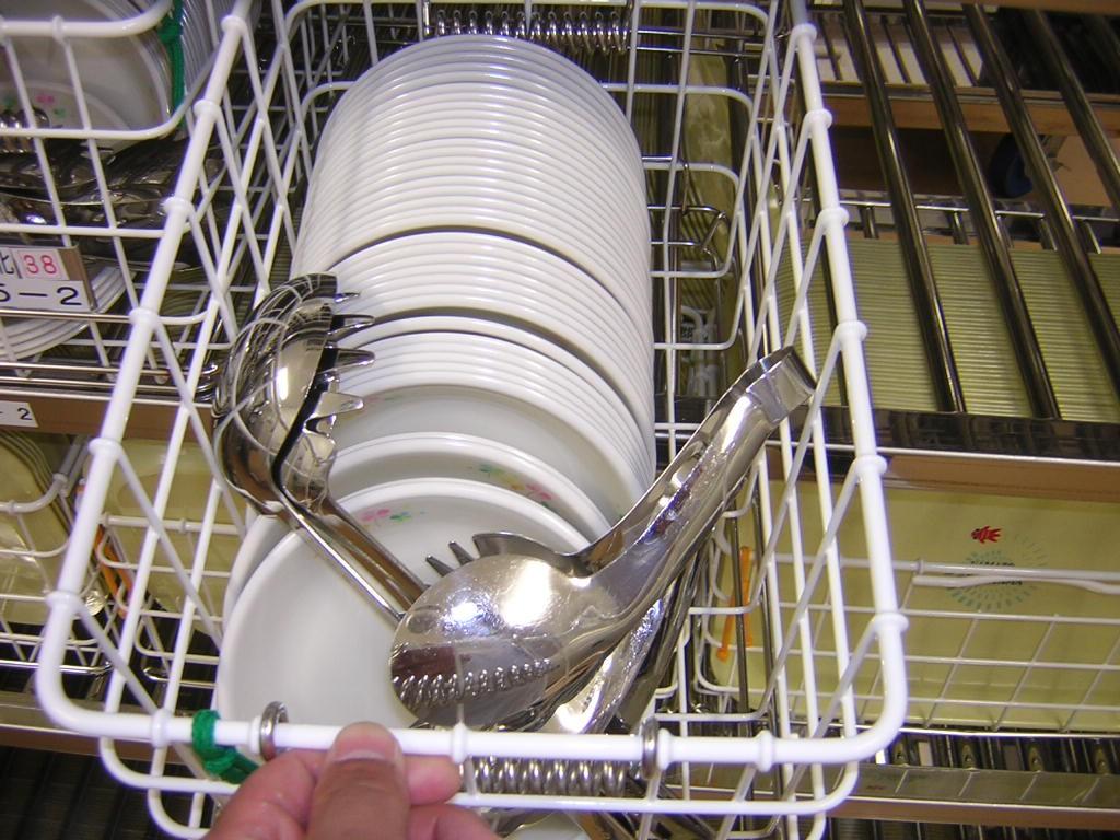 業務開始後、先日に乾燥除菌しておりますコンテナ内の食器かごに、スプーンやお玉、お箸を人数分入れていきます。