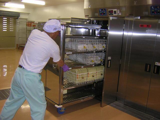 食器やトレーを収納完了後、コンテナ乾燥機に収納します。