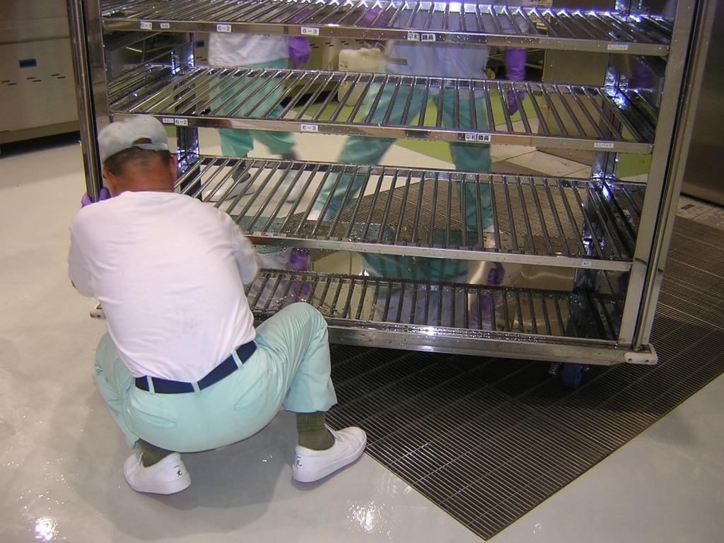 洗浄後のワゴンの付着した水を切って食器等を保管できる状態にします。