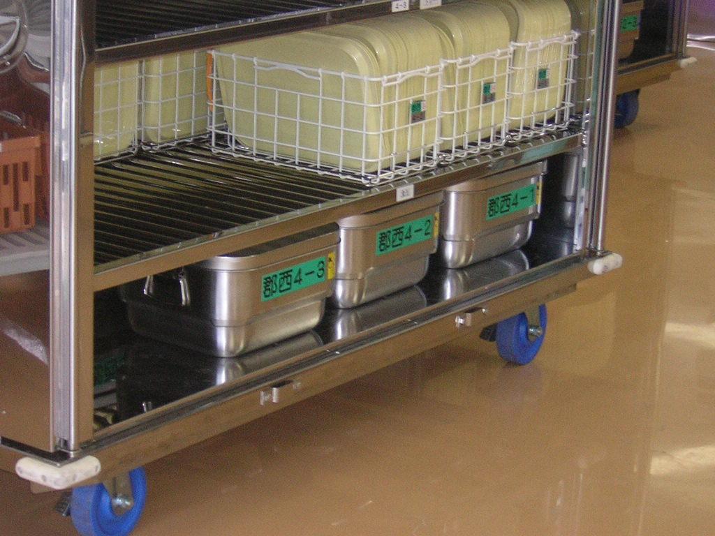 中食缶がある程度配置している最中に、大食缶(一番下の汁物系おかず)がワゴンに乗って出てきます。