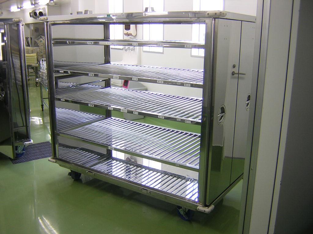 取り出した食器、食缶、食缶用蓋を分けて各洗浄場へ運びます。