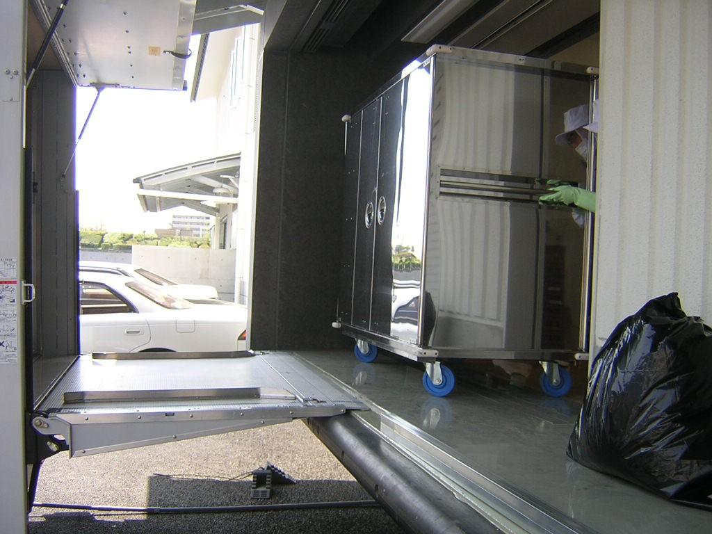 トラックのゲートを開け、積込の準備を行います。