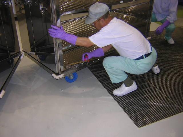 洗浄が終わったコンテナを取り出します。