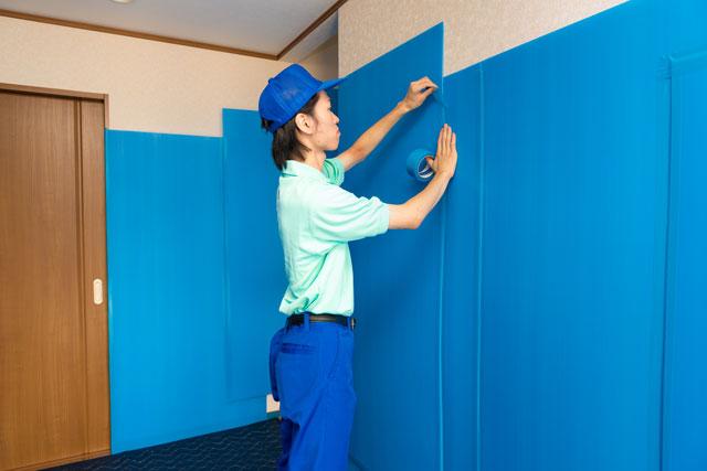 壁面に対しては・・ 養生専用プラスチックパネルを一枚一枚丁寧にお家の中に固定しまして壁を保護致します。