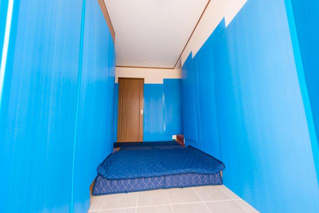 床面に対しては・・ 床には養生専用パットを敷き詰めて保護致します。