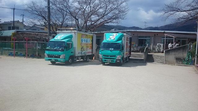 トラックは2トンワイドトラック2台
