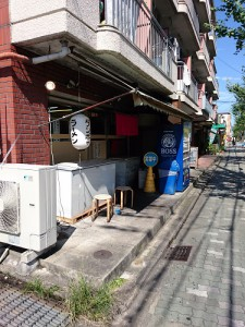 ラーメン屋タンポポの店頭と前面道路