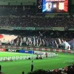 日本代表サポーターの巨大ユニ&国旗での応援
