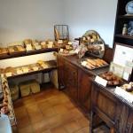 近所のパン屋さんboulangerie Petit Bouquetさん店内です。