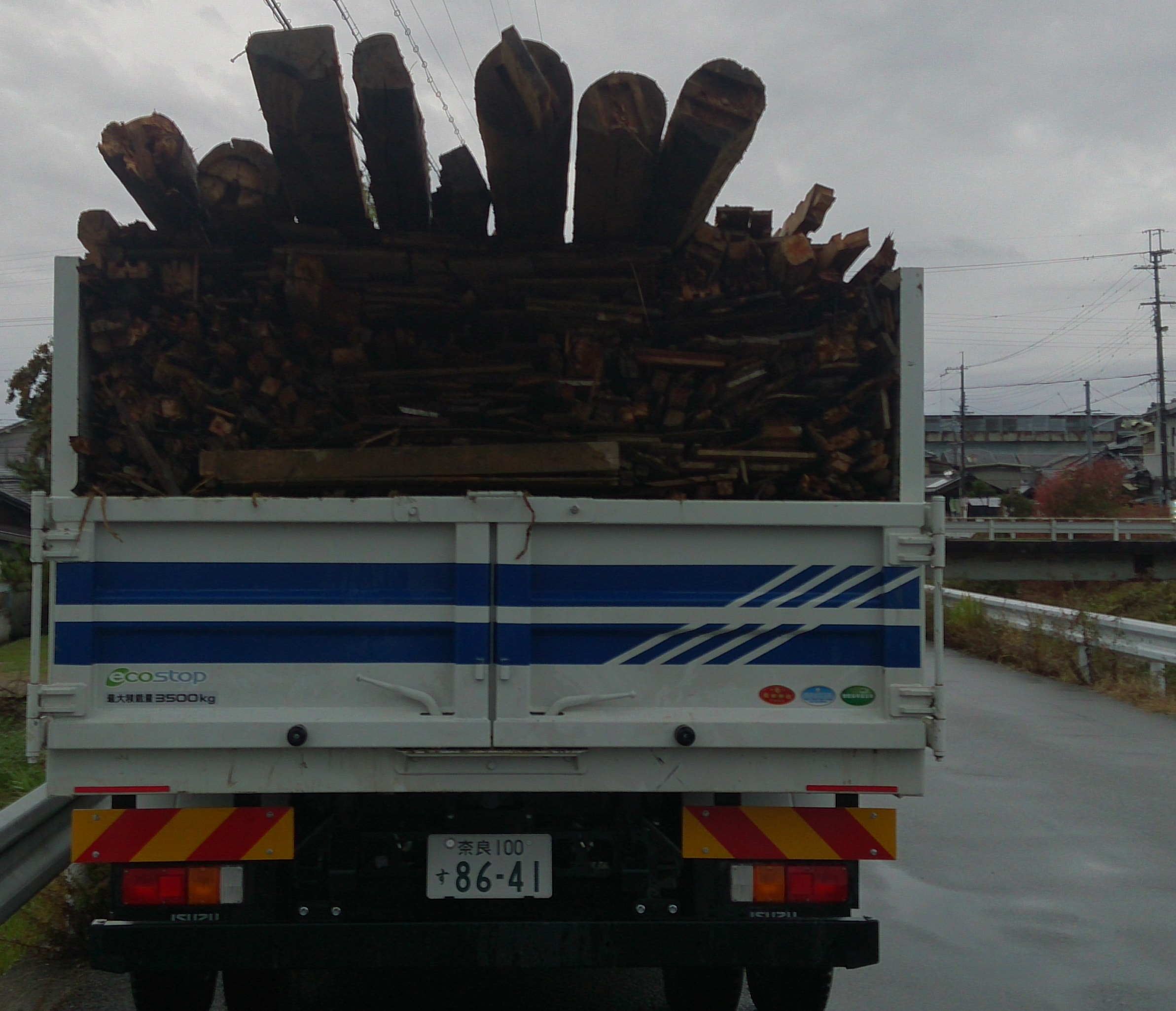 奈良市解体工事(木くずの積込み)