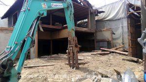 ほぼ軽自動車しか通れない場所のお引越しと解体   その3 住居部建物の解体