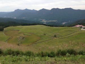 曽爾高原山頂からみたまだ青々とした風景