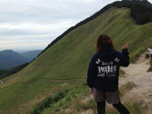 自分が登ってきた道を見下ろしている川崎