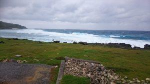 海がきれいなのですが、強風の為波が荒れまくってました。