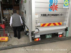 給食配送車のタイヤをスタッドレスに交換   奈良の学校給食配送