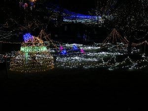 大きな雪だるまのイルミと光の草原を駆ける青とピンクのウサギ