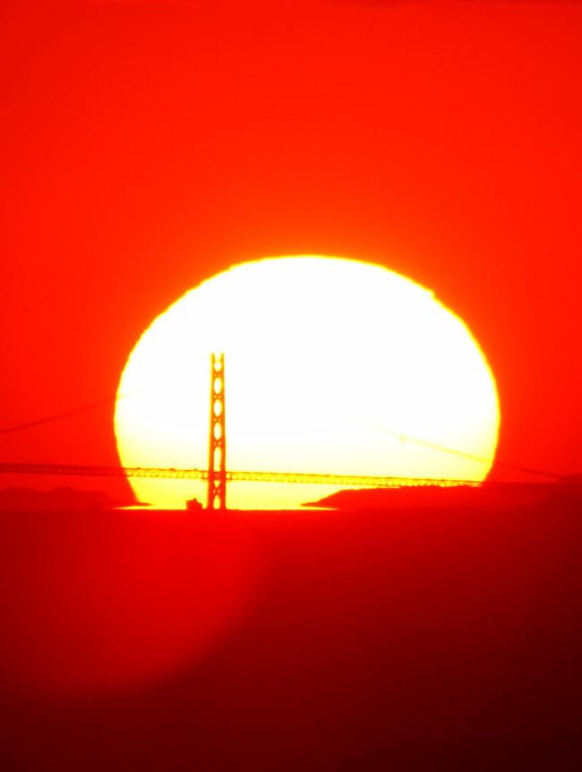 天理市から見た夕焼けの明石海峡大橋