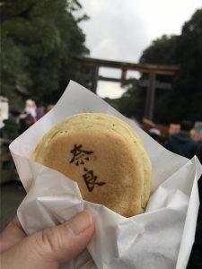 鳥居を背景に奈良と焼き印の入った三笠焼の写真を撮りました