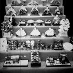 雛人形を白黒で撮影