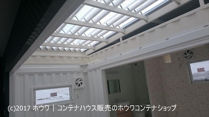 真ん中のコンテナの屋根は日中はかなり明るいです。