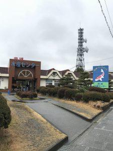 大きな錦鯉の看板と南郷水産センター入口