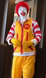 陽気に笑顔を振りまくマクドナルドのキャラクター、ドナルド