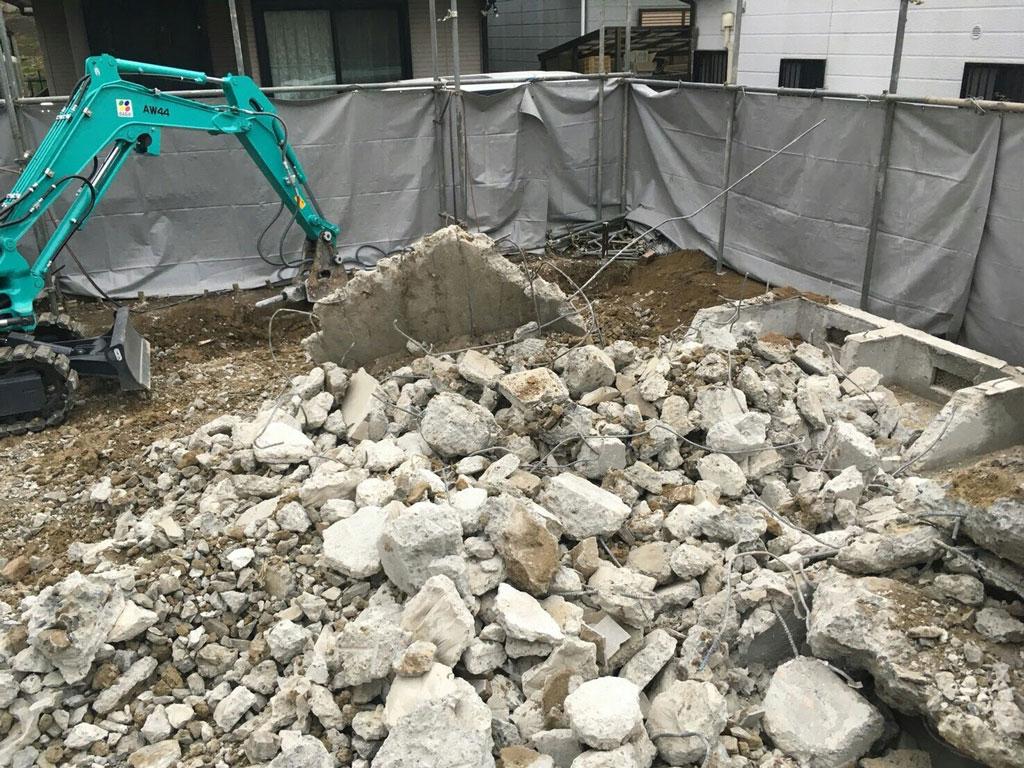 基礎コンクリートを細かく破砕