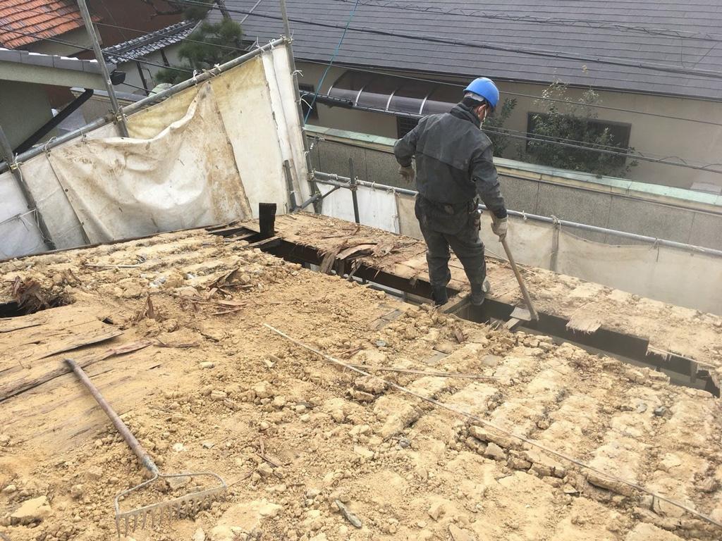 屋根の土も歴史ものですね