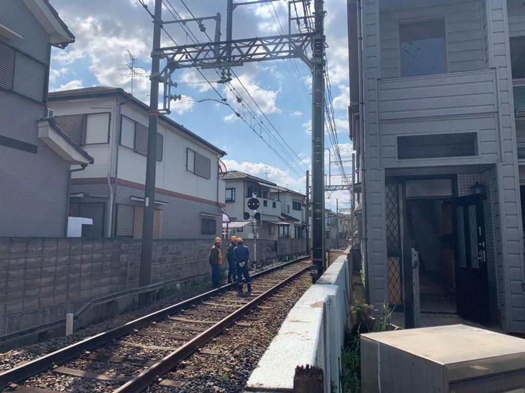 橿原市で鉄道線路際の解体工事