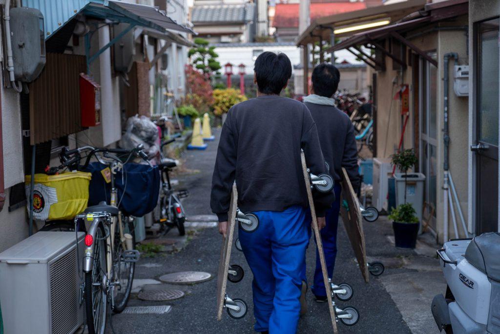 建て替え引越/茨木市積地/平台車と男の背中