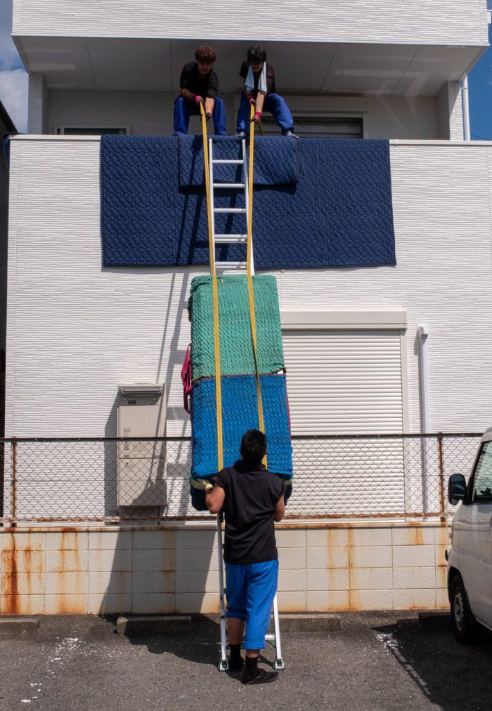 ご新築へお引越し。吊り作業は慎重に。