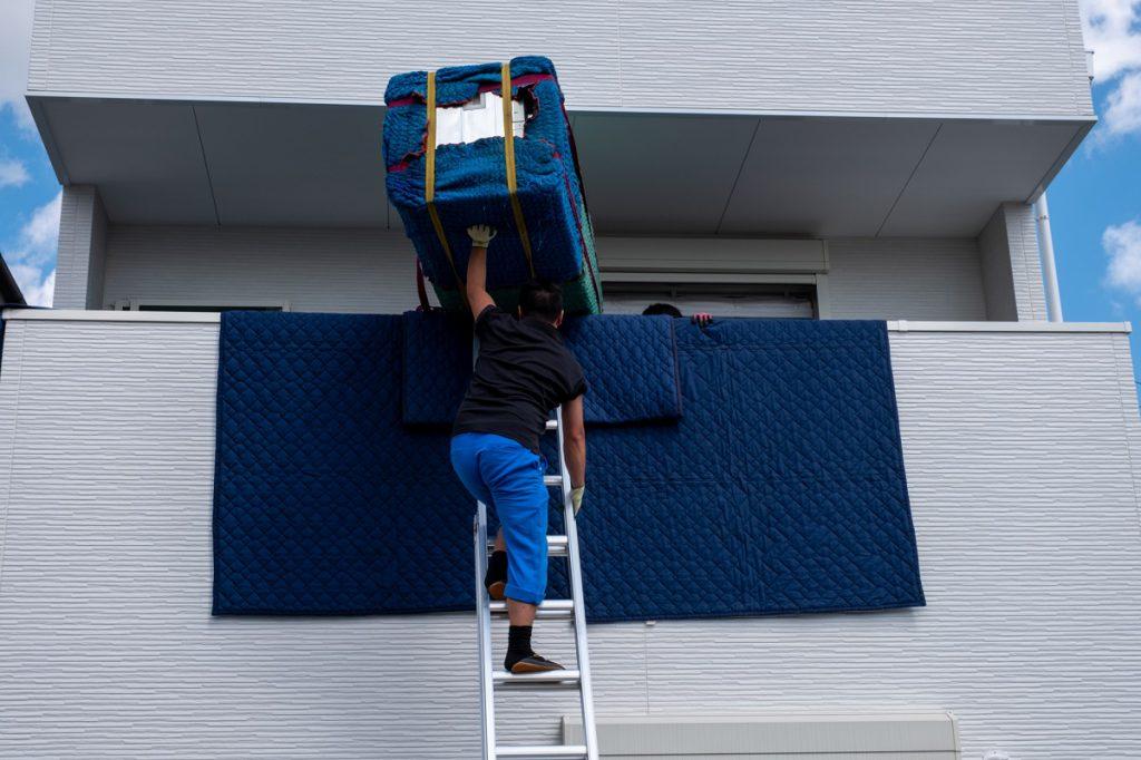 ご新築へお引越し。吊り作業は支えも大切。