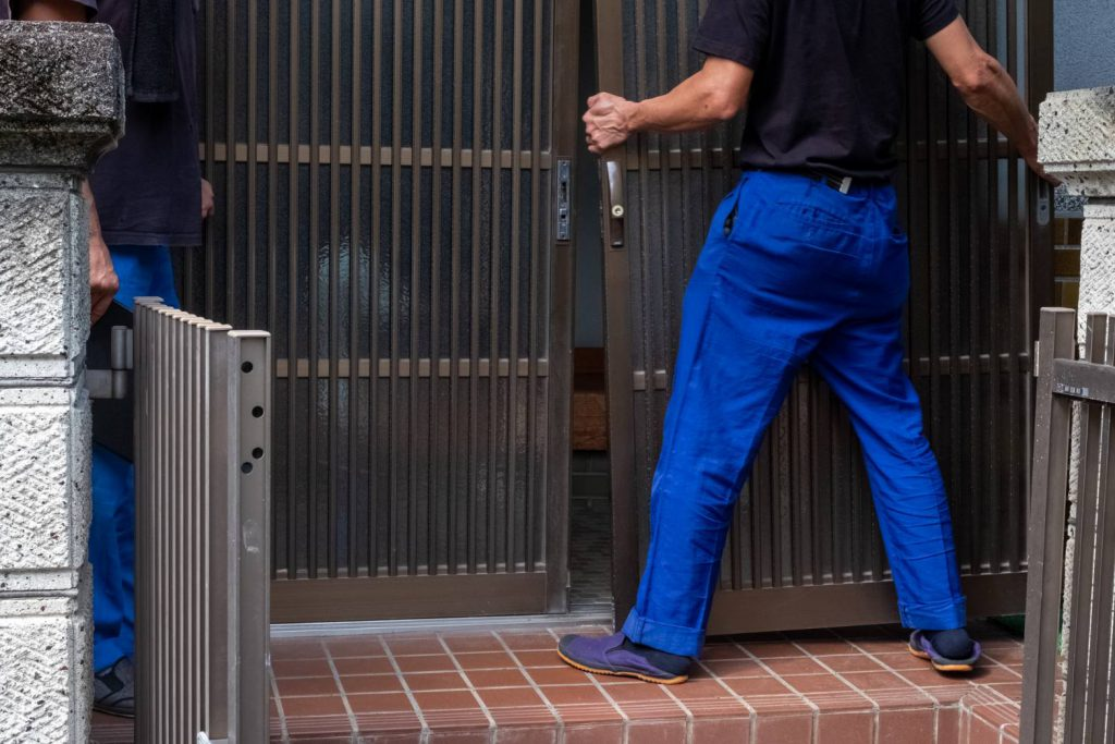 橿原市にてお建て替え 玄関扉を戻します。