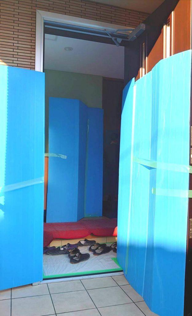 ご新居内部、玄関の新築養生です。