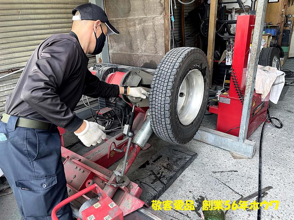 冬用タイヤから夏用タイヤへの入れ替え   大型タイヤチェンジャー