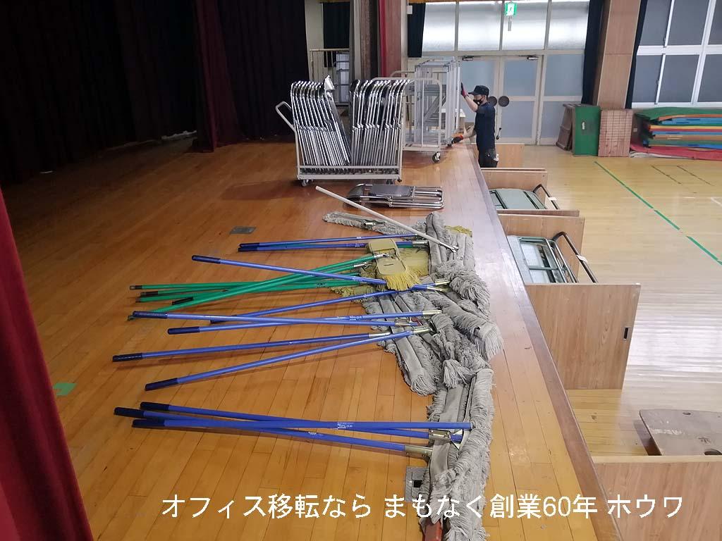 大量のモップとパイプ椅子などです、広い体育館ならこれぐらいないと綺麗になりませんよね