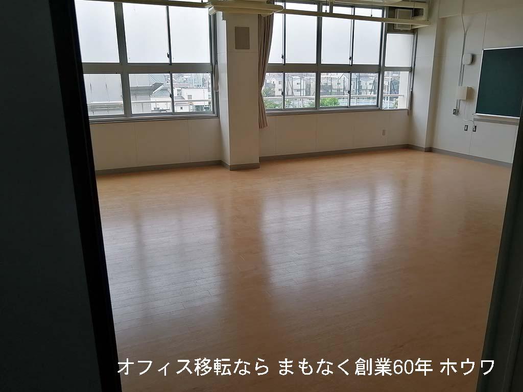 搬入先の体育館3階の教室です。こちらに用具を仮置きします
