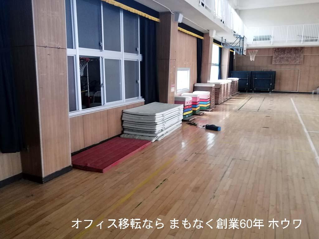 手前からマット、跳び箱、卓球台です。写真ではわかりづらいのですがこの卓球台がかなり大きく重たいものです