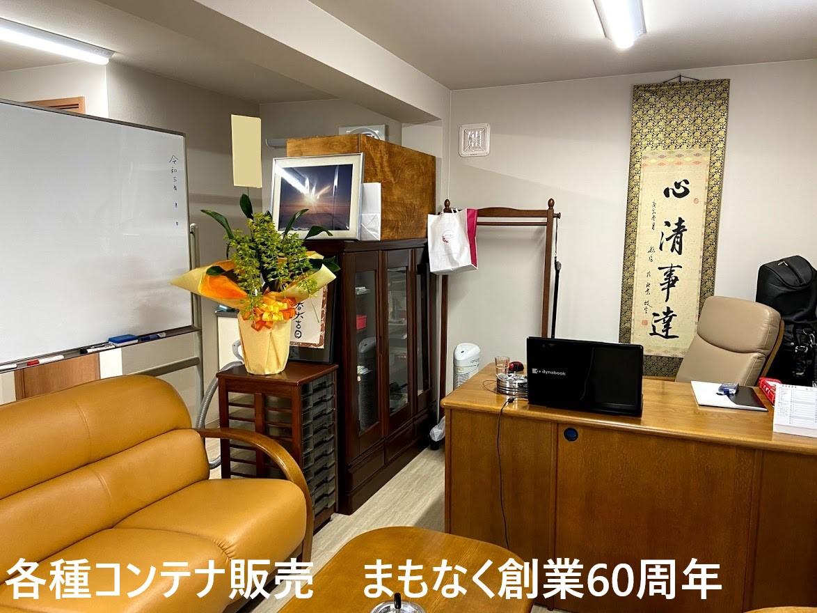 デスクとソファがあり来客スペースも確保できます。