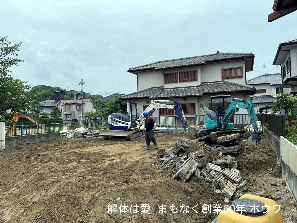 それでは外構撤去作業です。駐車場の土間とブロック塀、植栽を撤去してゆきます。