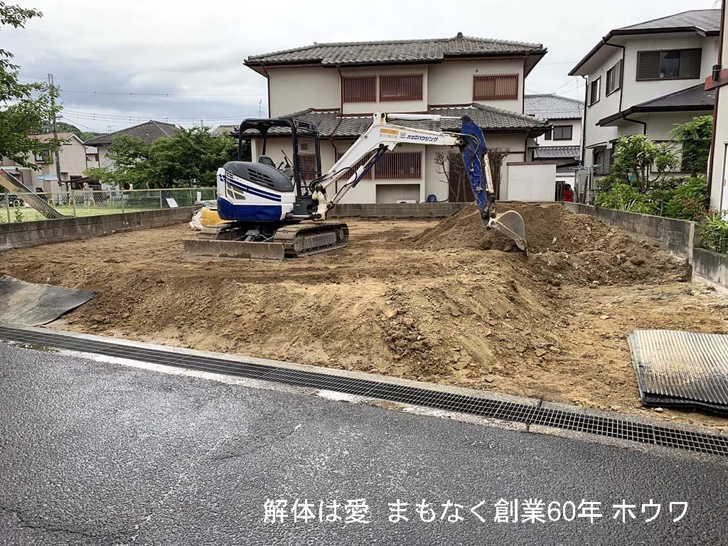 次の外構計画に基づいて土を移動させて整地をしてゆきます。前の側溝に土が流れていかないように全体的に少し控えをとってから法面にして整地してゆきます。