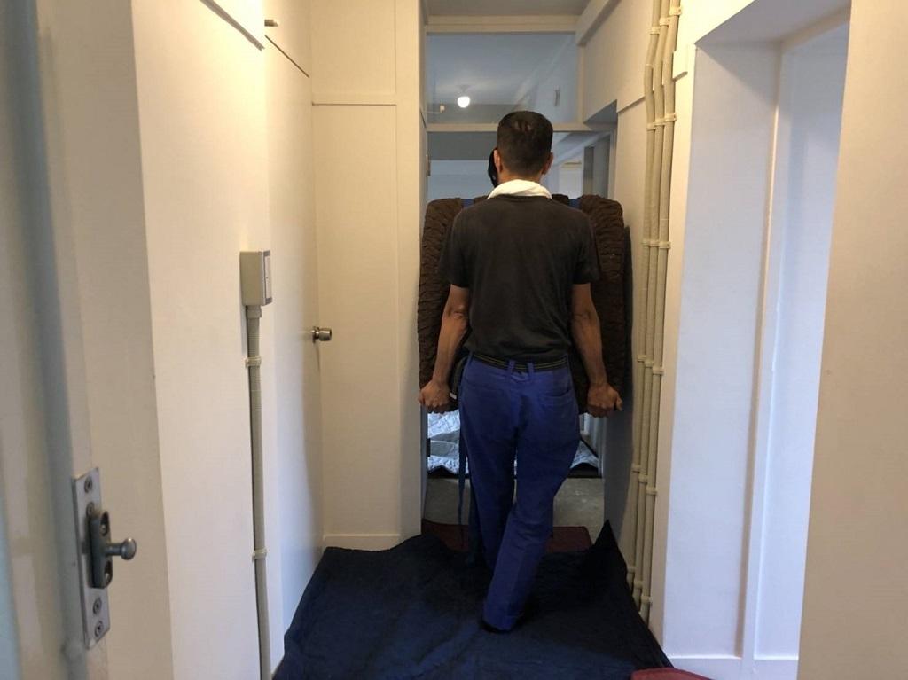 廊下幅ギリギリで冷蔵庫を通します。