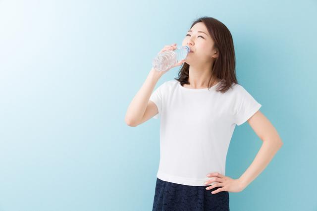 熱中症対策には水分補給も大切です。